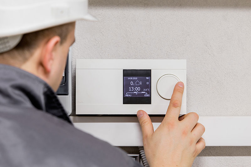 Technician-checking-thermostat