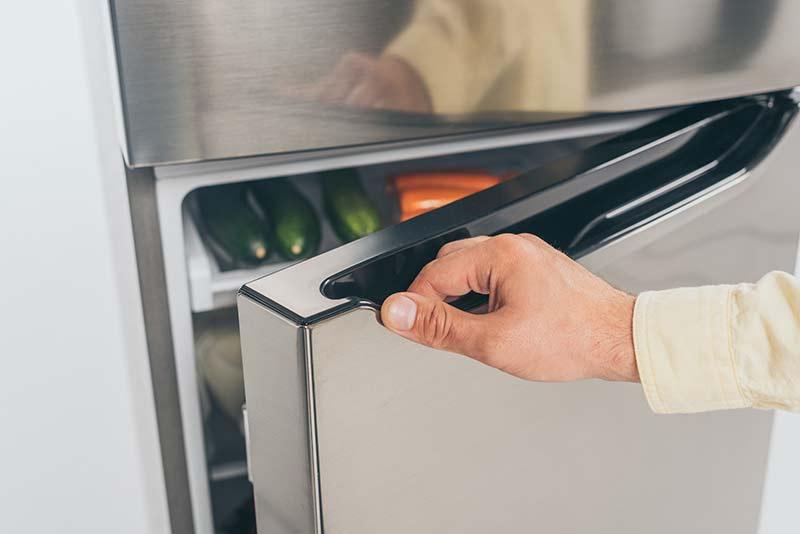Closing fridge door