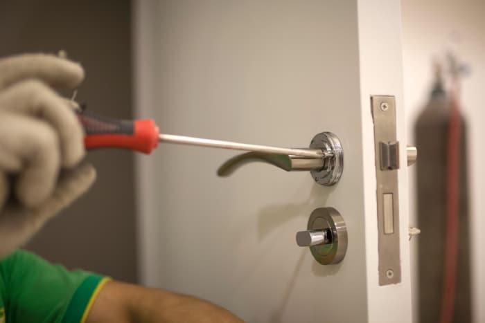changing of screws for the door handle/lock